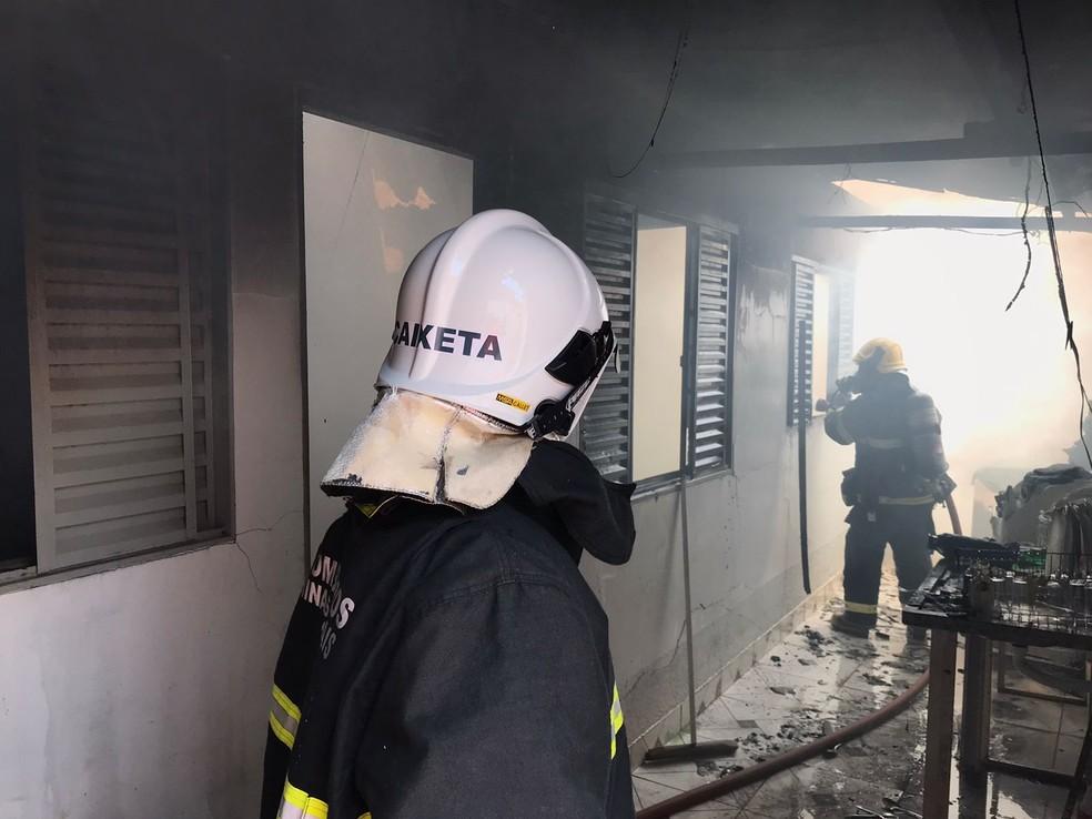 Bombinha causa incêndio em casa no Bairro Alto da Colina em Patos de Minas, 11/09/2021 — Foto: Corpo de Bombeiros/Divulgação
