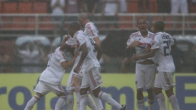 São Paulo fez o segundo gol em meio a um temporal