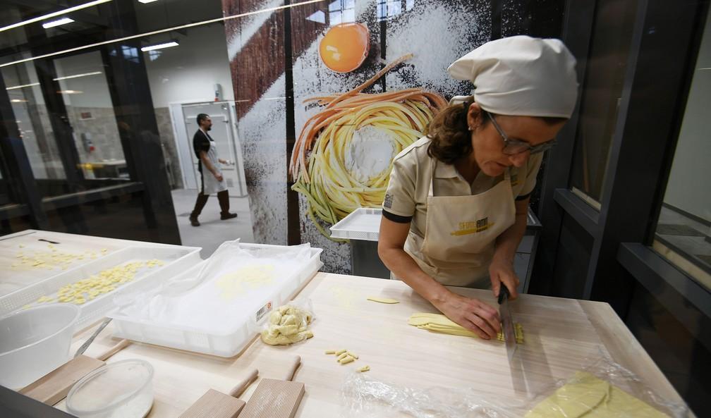 Chef prepata uma massa em uma estande no novo parque temático de Bolonha (Foto: Vincenzo Pinto / AFP)