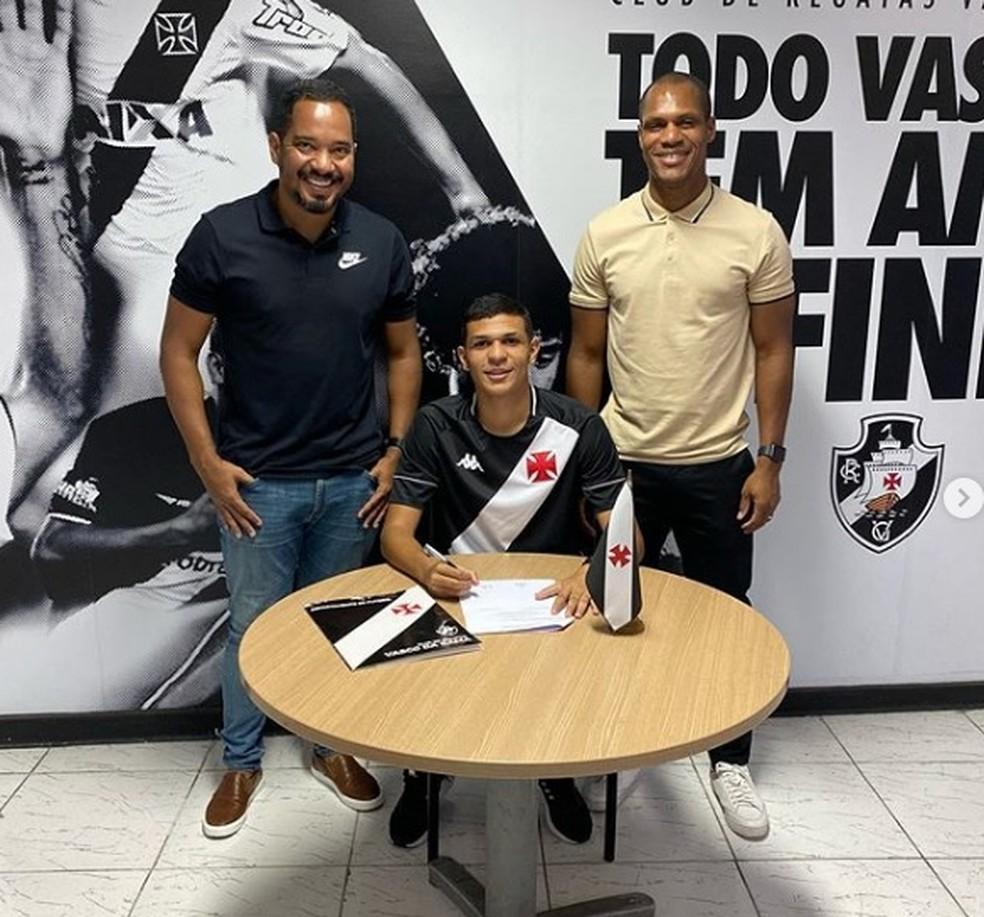 Marcos Paulo assina contrato profissional com o Vasco — Foto: Arquivo Pessoal