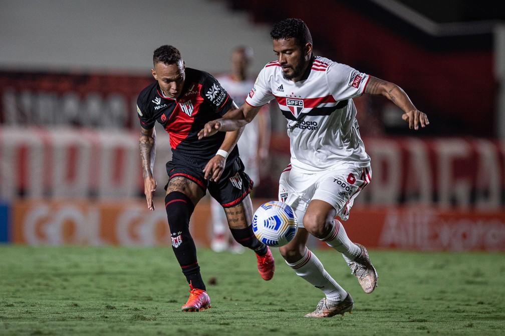 Janderson e Reinaldo em lance de Atlético-GO x São Paulo — Foto: Heber Gomes/AGIF