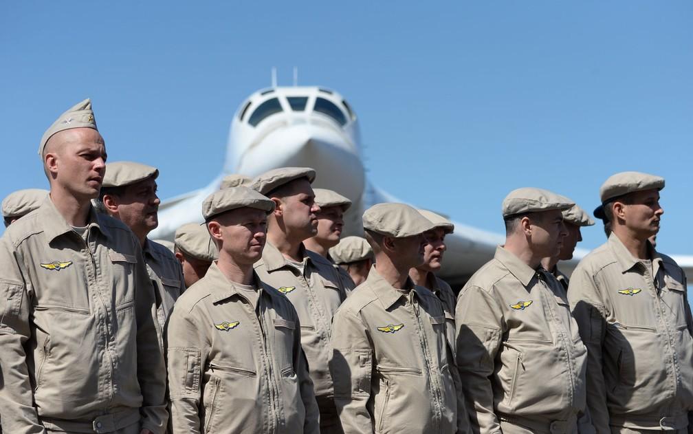 Integrantes da Força Aérea Russa são vistos em frente a um avião bombardeiro russo Tupolev Tu-160 no aeroporto internacional Maiquetía, perto de Caracas, na Venezuela, na segunda-feira (10) — Foto: Federico Parra/AFP