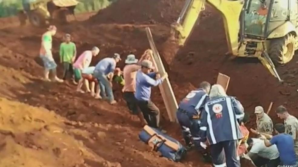 Trabalhadores são soterrados em obra na zona rural de Marilândia do Sul — Foto: Reprodução/RPC