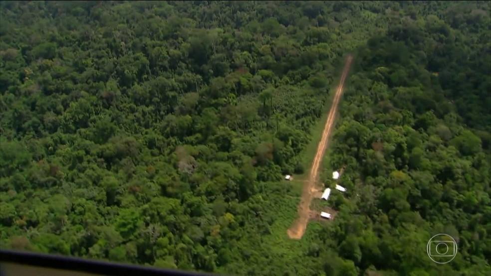 Buscas são feitas por avião e helicóptero da Força Aérea Brasileira — Foto: Rede Amazônica/Reprodução