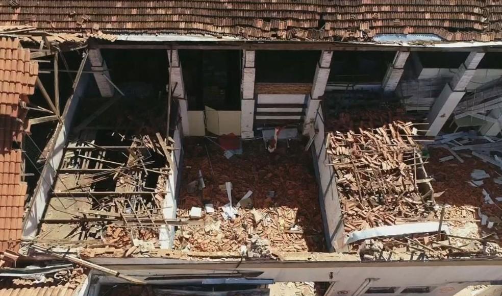 Teto que fica sobre o refeitório da escola caiu em cima das crianças e professoras em Agudos (Foto: TV TEM / Reprodução )