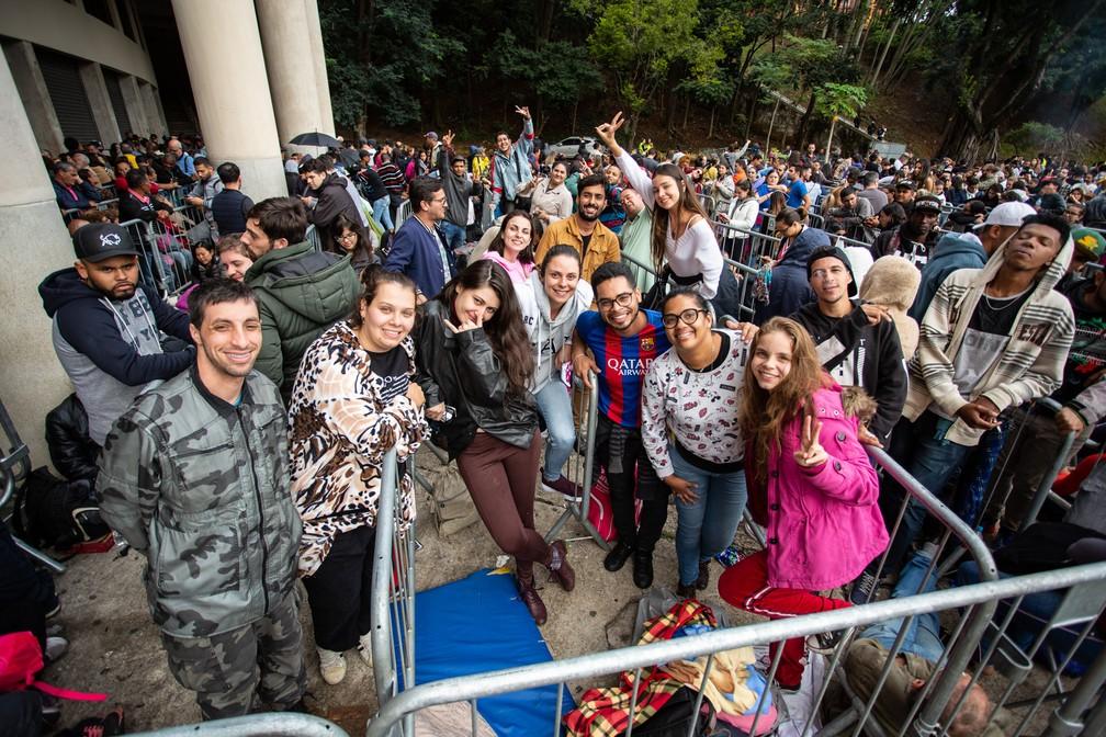 Fãs posam para foto enquanto aguardam na fila diante do Estádio do Pacaembu para comprar ingressos do show de 30 anos de carreira da dupla Sandy e Junior — Foto: Fábio Tito/G1