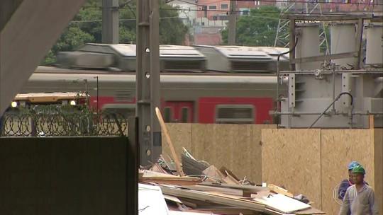 Circulação de trens que passam debaixo do viaduto que cedeu em São Paulo é liberada