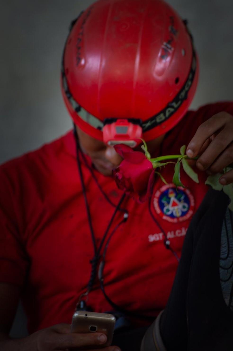 Bombeiro recebe rosa de voluntário após chuva de pétalas que a corporação lançou de helicópteros para homenagear vítimas de Brumadinho — Foto: Victor Hugo Bigoli/Arquivo Pessoal