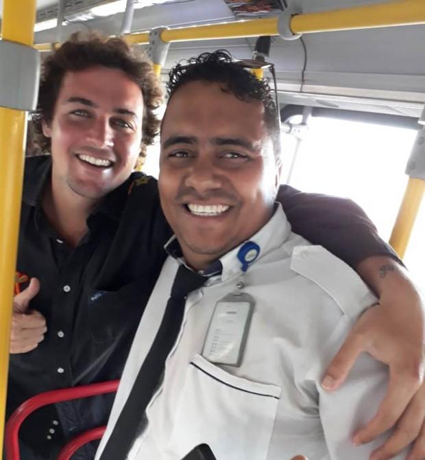 Felipe Dylon e o motorista, André, dentro de um ônibus no Rio de Janeiro (Foto: Arquivo Pessoal)