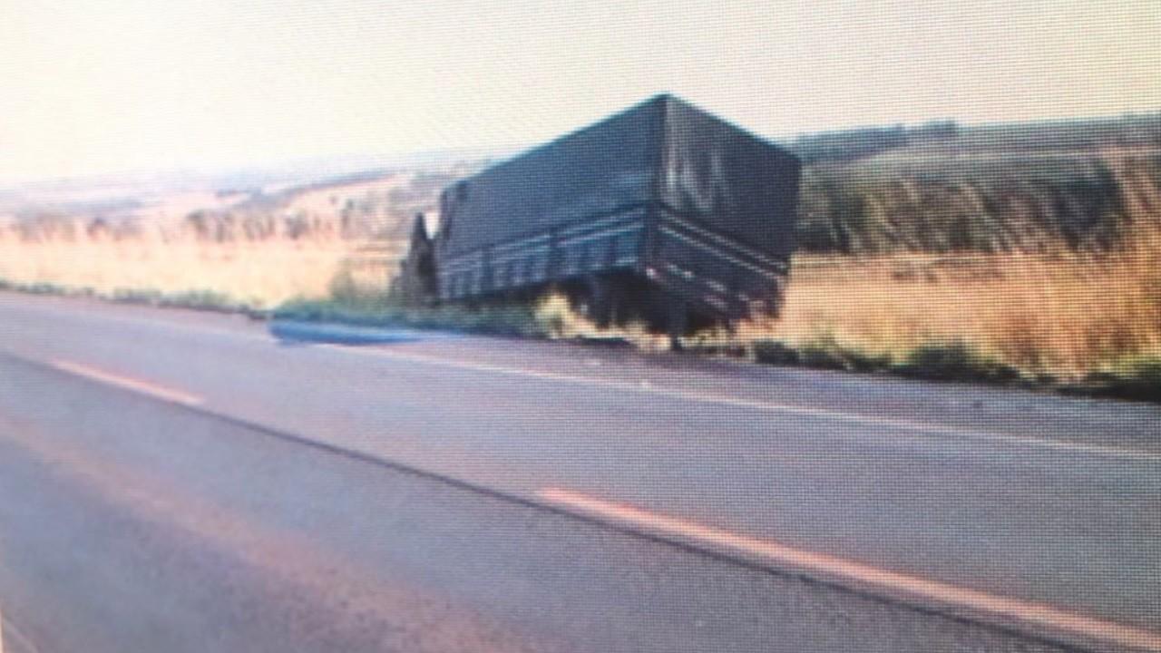 Caminhoneiro morre após bater em carreta e sair da pista na BR-452, em Itumbiara