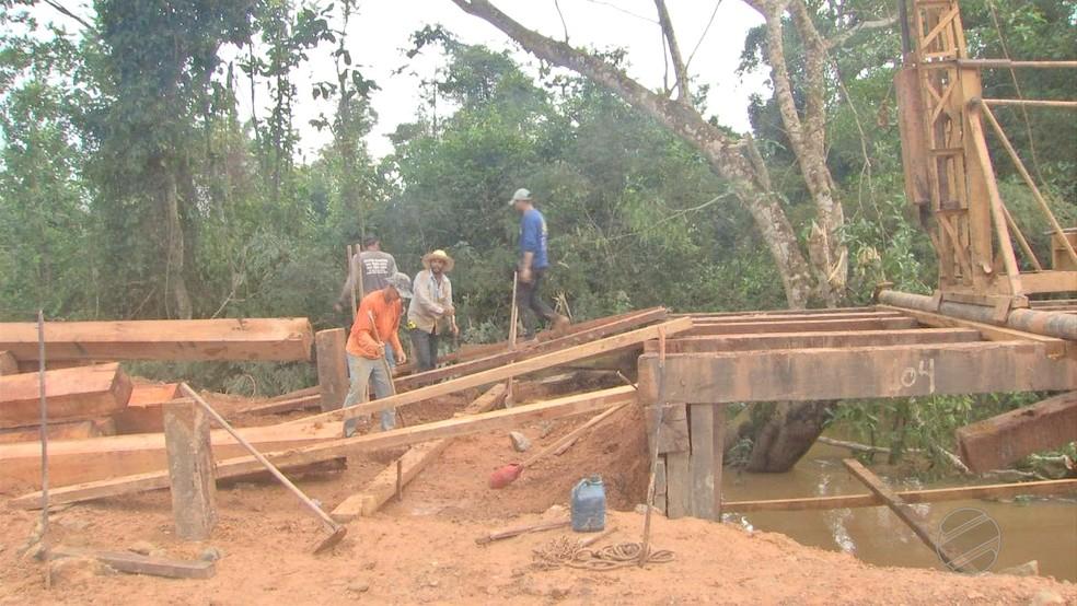 Moradores improvisam pontes nas estradas — Foto: TVCA/Reprodução