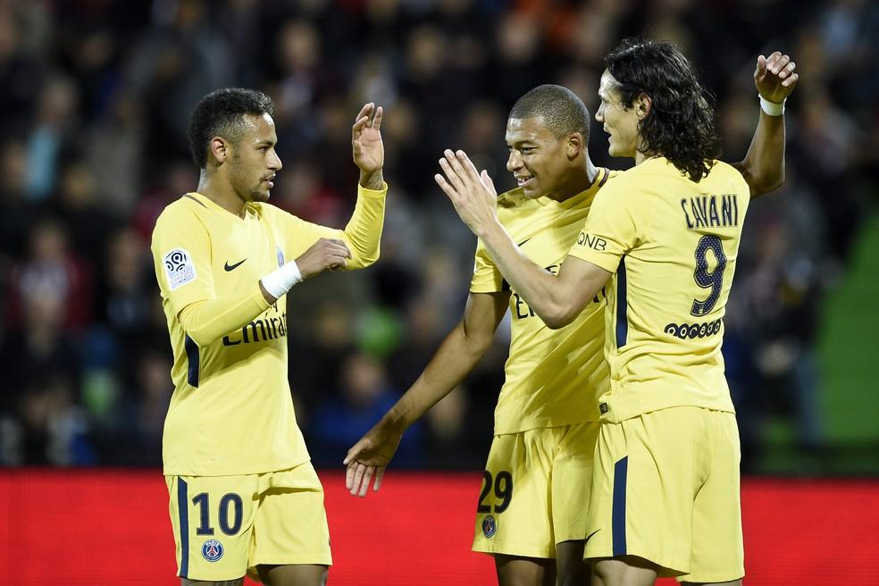 Neymar comemora gol do PSG com Mbappé e Cavani  (Foto: AFP)