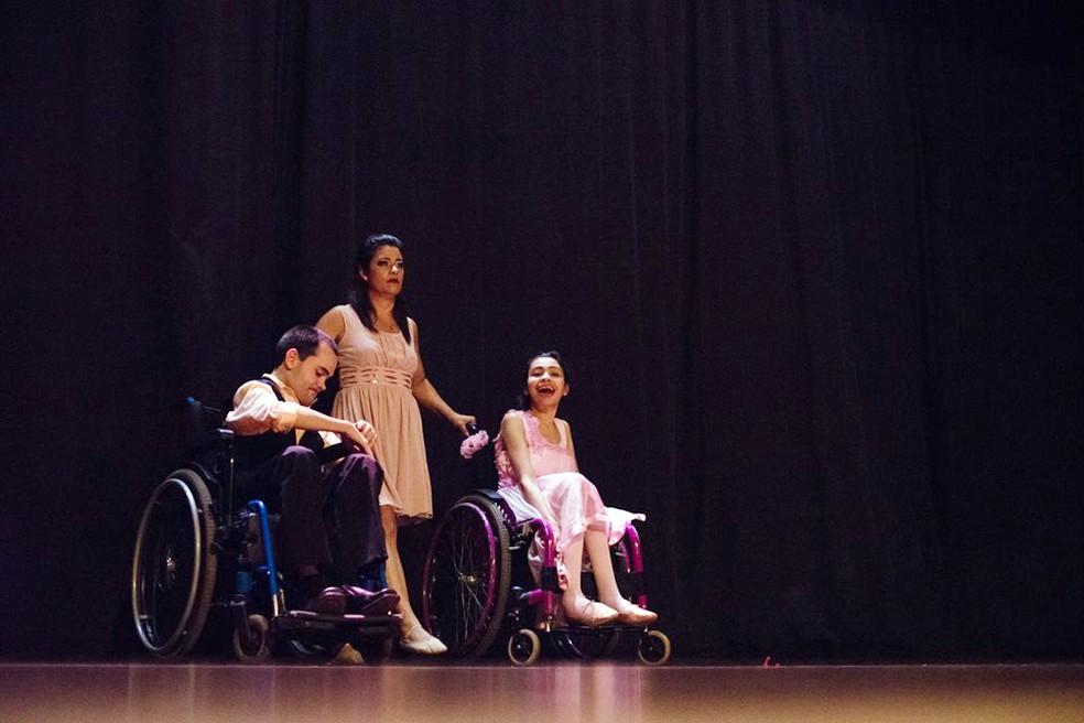 Raquel Firmino começou a dançar com os filhos cadeirantes há cerca de um ano e meio (Foto: Matheus Machado/Divulgação)