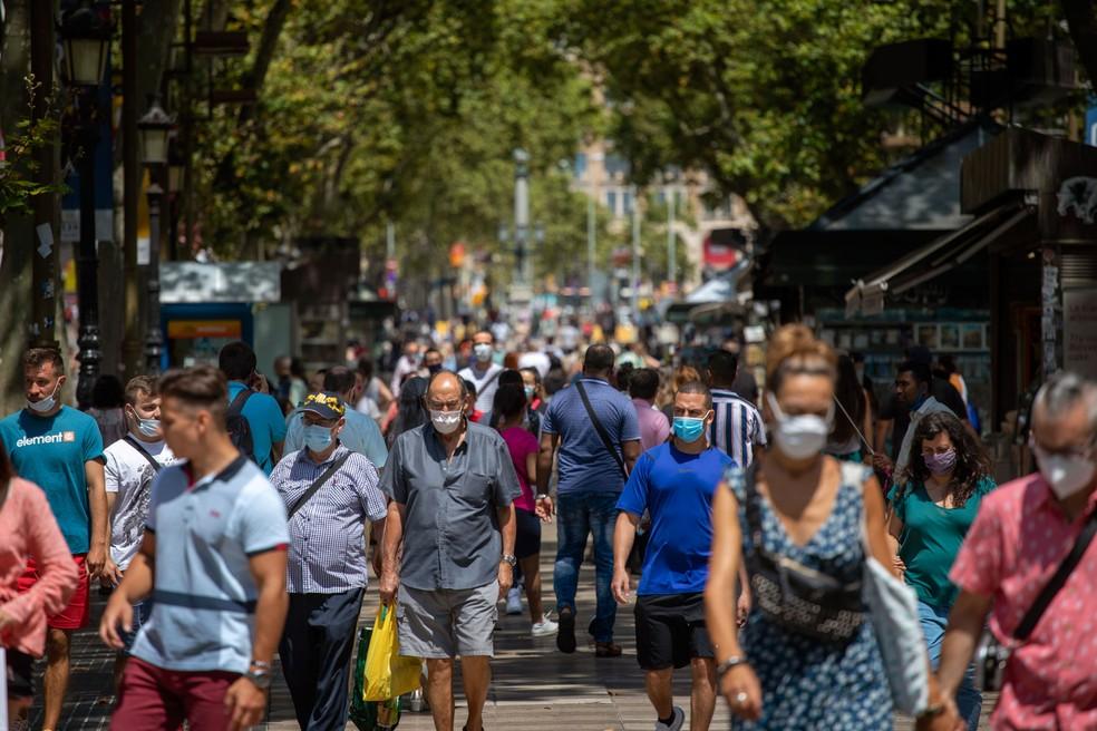 Pessoas caminham pelas Ramblas de Barcelona, na Espanha, na quinta-feira (16)  — Foto: Emilio Morenatti/AP