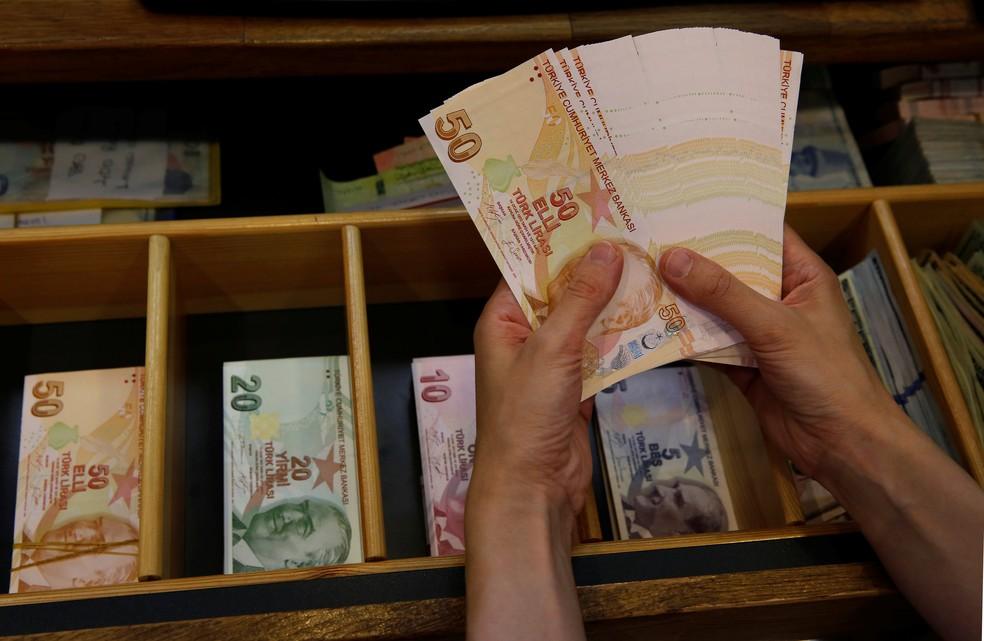 Notas de lira turca em casa de câmbio em Istambul (Foto: Murad Sezer/Reuters)