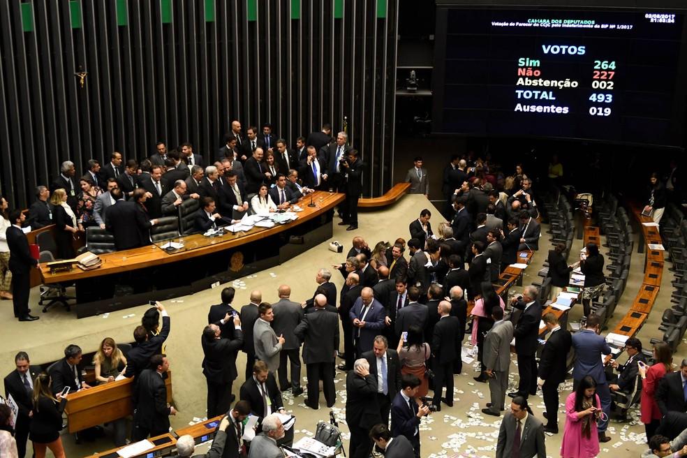 Telão mostra placar final da votação que decidiu pelo arquivamento da denúncia contra o presidente Michel Temer, na Câmara dos Deputados (Foto: Evaristo Sá/AFP)