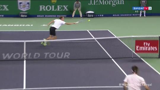 """Daniil Meedvev consegue bola """"mágica"""" em partida contra Roger Federer"""