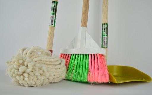 Como higienizar vassouras, esponjas e panos após a faxina