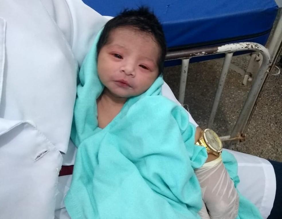 Índia recém-nascida está internada em Cuiabá após ficar enterrada por seis horas (Foto: Polícia Militar de MT)