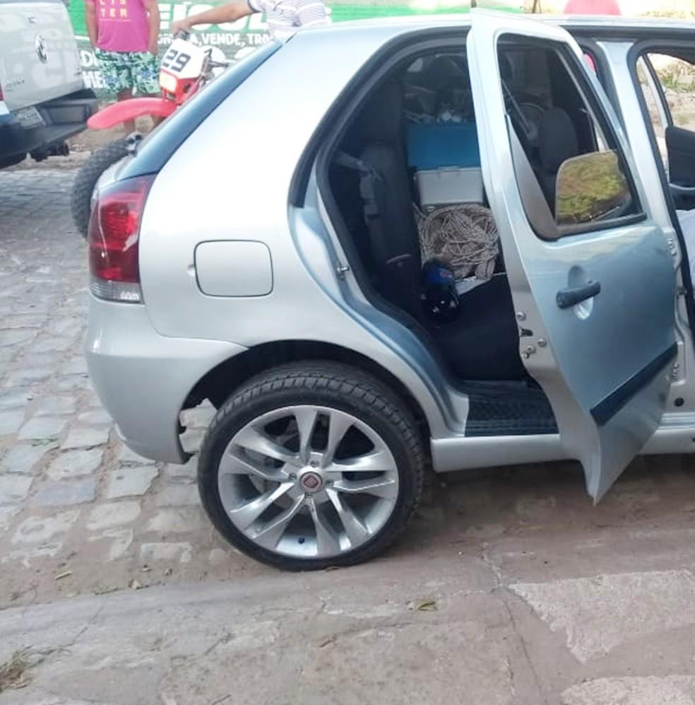 Trio atacado estava em um Palio, a caminho da Praia das Emanuelas, quando foi trancado por outro veículo — Foto: PM/Divulgação