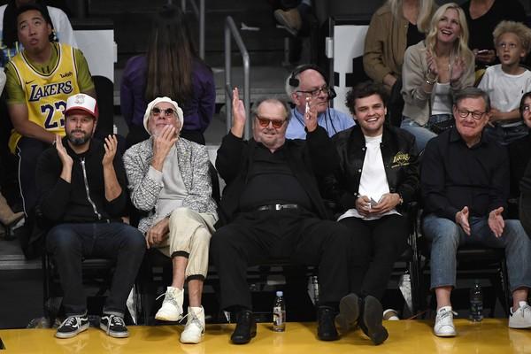 O ator Jack Nicholson assistindo ao jogo do Los Angeles Lakers contra o Houston Rockets na companhia do filho caçula (Foto: Getty Images)