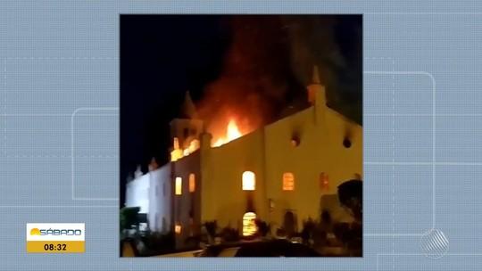 Incêndio atinge igreja matriz da cidade de Monte Santo, na Bahia