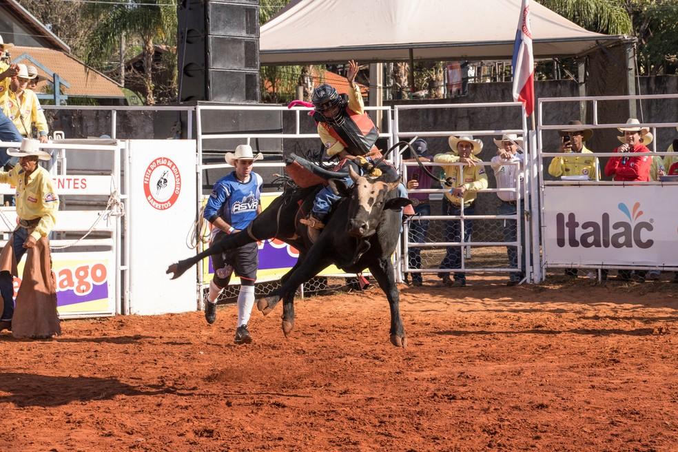 Ana Júlia Valeiras participou da montaria em touros da categoria feminina do Rodeio Júnior em Barretos 2019 — Foto: Ricardo Nasi