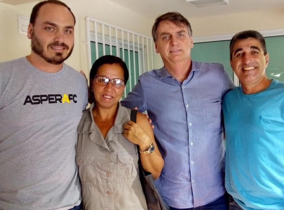 Wal do Açaí em foto com o presidente e o filho dele, o vereador Carlos Bolsonaro — Foto: Arquivo pessoal