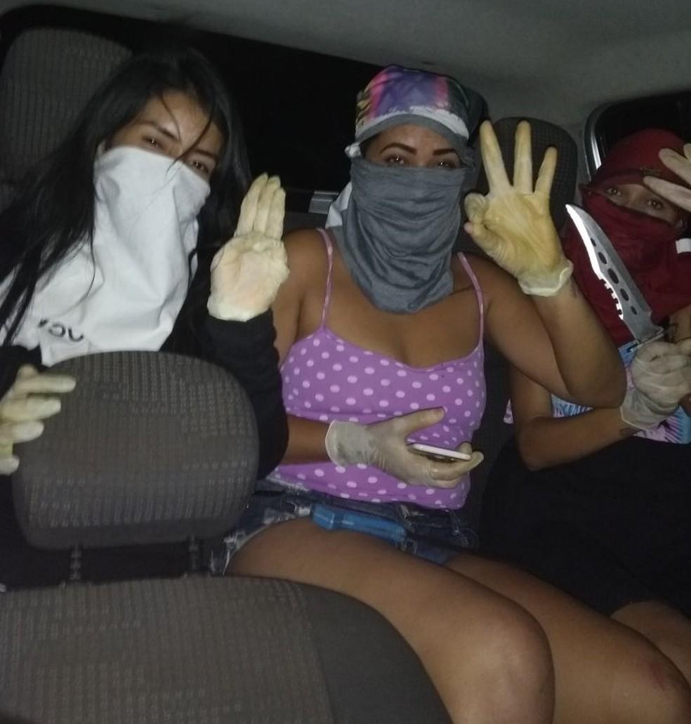 Mulheres suspeitas de praticar os crimes posaram para foto com luvas, faca, facão e com o rosto coberto (Foto: Polícia Civil/Divulgação)