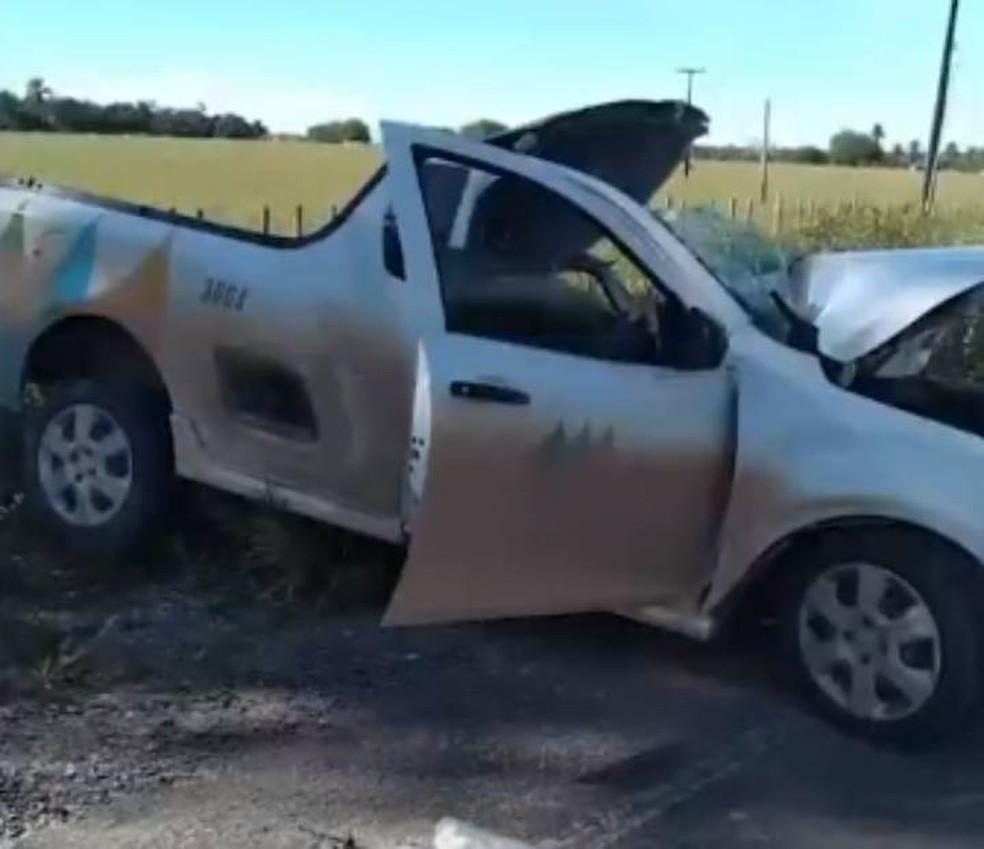 Uma pessoa morre e outra fica ferida em acidente entre caminhonete da Coelba e caminhão no sul da BA — Foto: Reprodução/TV Santa Cruz