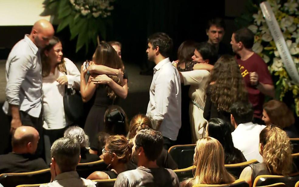 Amigos e familiares chegam para o velório de Ricardo Boechat no MIS — Foto: TV Globo/Reprodução