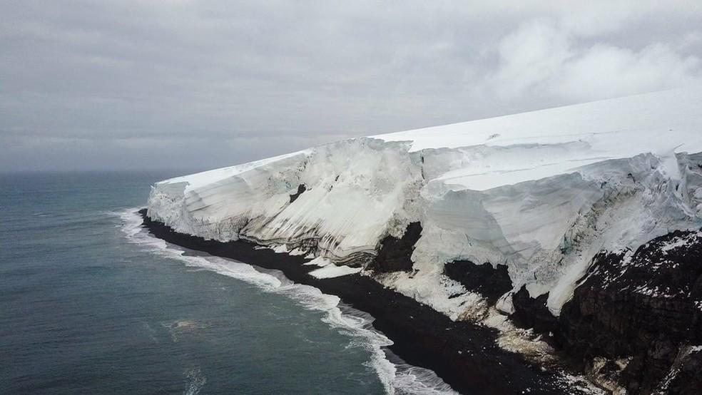 Tarefa de coletar dados na Ilha é díficil - o clima pode mudar de uma hora para outra e só é possível chegar até lá de helicóptero — Foto: Sharif Mirshak/ACE/BBC