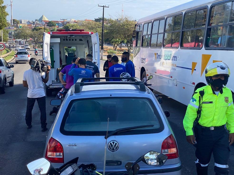 Acidente entre moto e micro-ônibus causa congestionamento na BR-101 em Natal  — Foto: Kléber Teixeira/Inter TV Cabugi