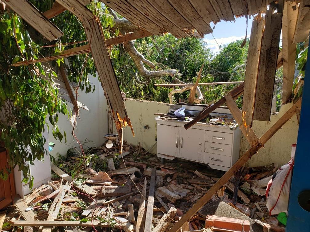 Casa no bairro Ratones, em Florianópolis, ficou totalmente destruída — Foto: Matheus Nunes/ NSC TV