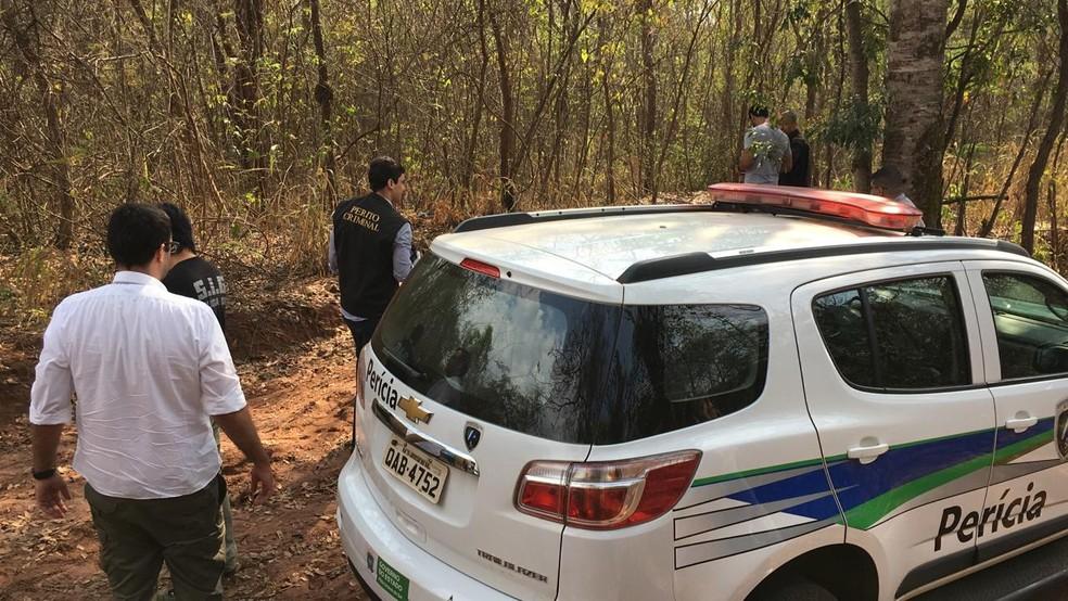 Perícia no local onde a mulher foi encontrada morta — Foto: André Barbosa/ TV Morena
