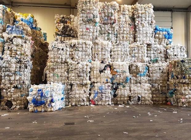 Restos de plástico utilizados na produção das peças  (Foto: Instagram / the_new_raw)