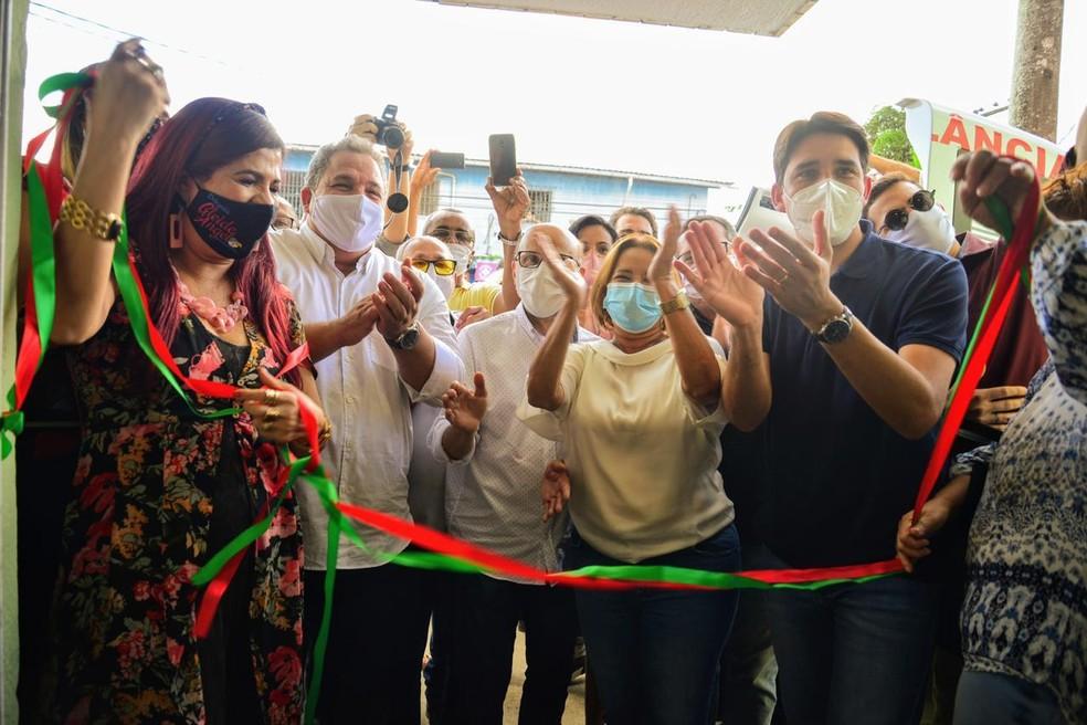 Deputados estaduais e federais de Pernambuco e prefeita de Camaragibe se aglomeram para inauguração de centro médico — Foto: Victor Patrício/Prefeitura de Camaragibe/Divulgação
