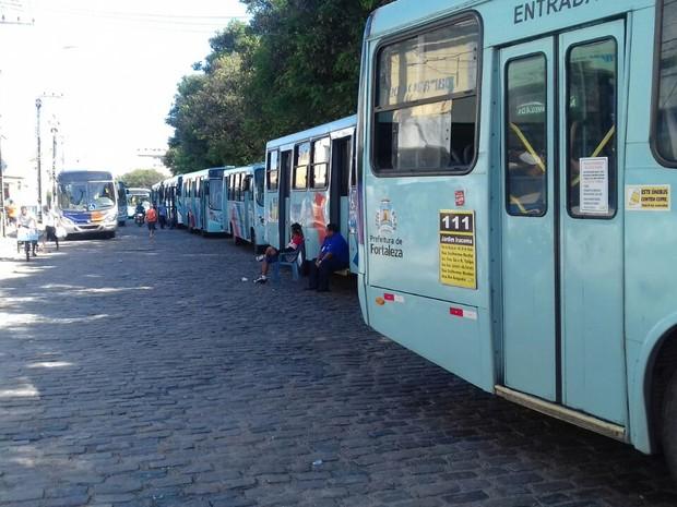 Motoristas de ônibus de Fortaleza paralisam trabalhos por duas horas na Praça da Estação (Foto: Leandro Silva/TV Verdes Mares)