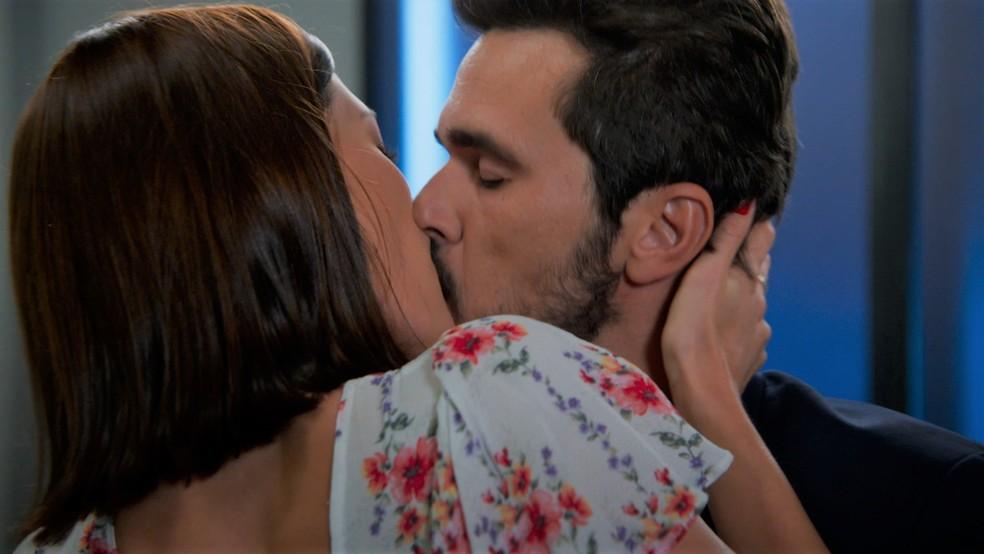 Rafael (Bruno Ferrari) e Kyra (Vitória Strada) se beijam em 'Salve-se Quem Puder' — Foto: Globo