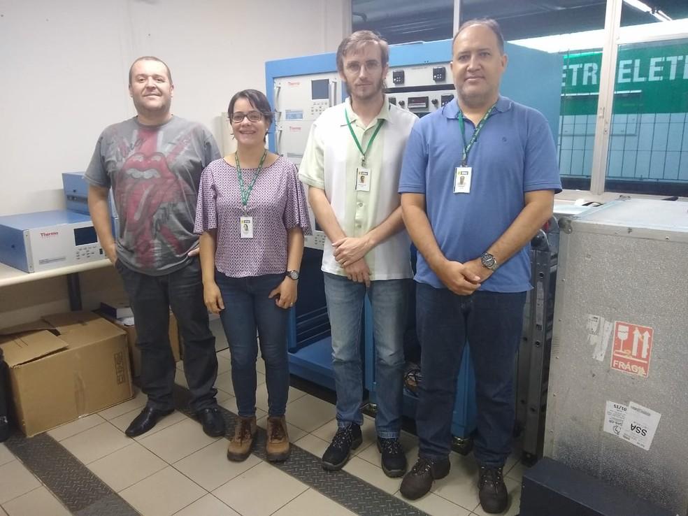 Pesquisadores do ISI-ER no laboratório onde dados sobre poluição do ar são analisados  — Foto: Igor Jácome/G1
