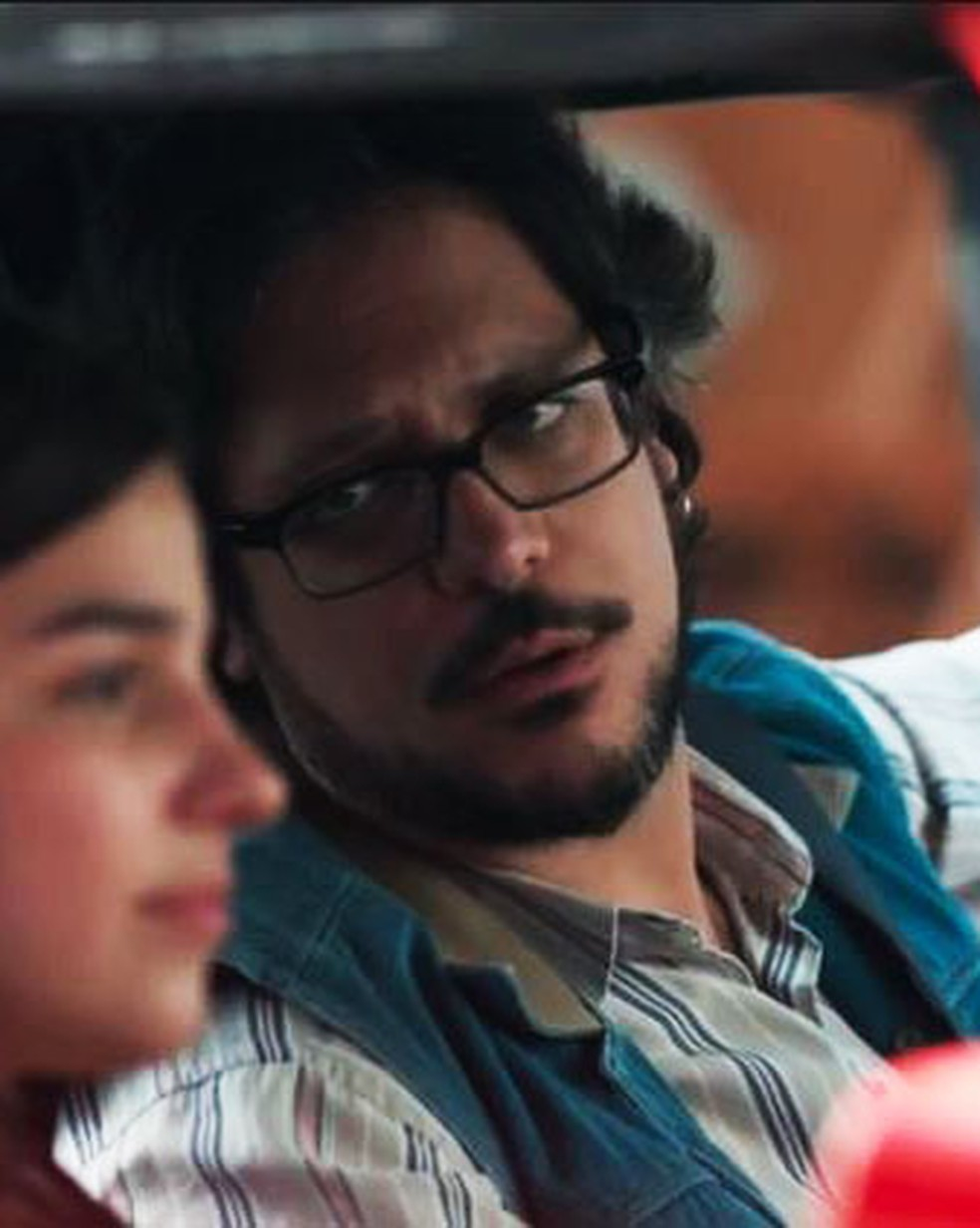 Roney (Lucio Mauro Filho) quer saber de Keyla (Gabriela Medvedovski) quem é Deco em 'Malhação - Viva a Diferença' — Foto: Globo