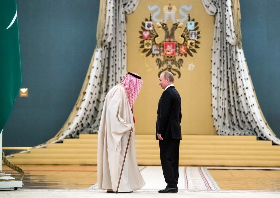 -  O presidente da Rússia Vladimir Putin conversa com o rei Salman da Arábia Saudita durante um encontro no Kremlin, em Moscou, em outubro de 2017  Foto