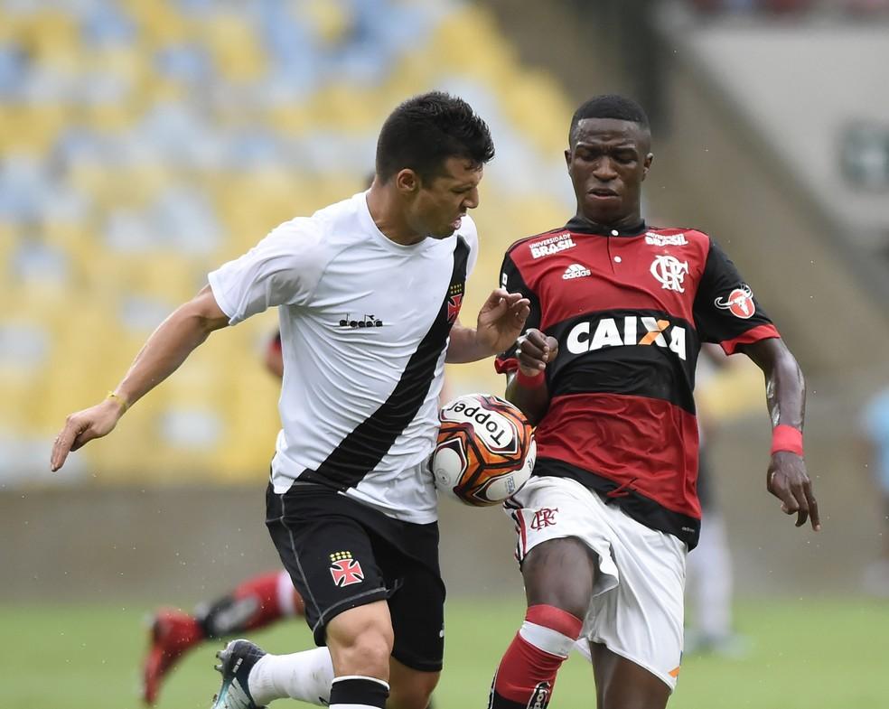 Flamengo x Vasco, pelo Carioca: rubro-negros com a marca da Caixa, vascaínos sem (Foto: André Durão/GloboEsporte.com)