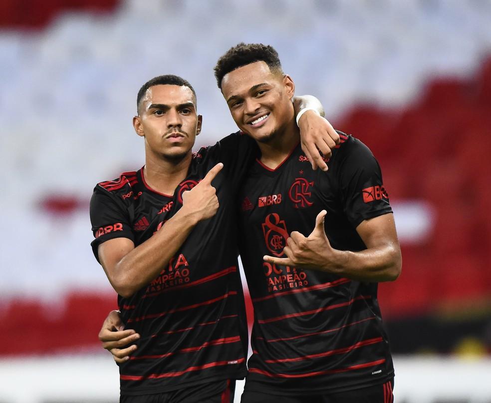 Vitória do Flamengo mostra que clube tem dois laterais para o futuro