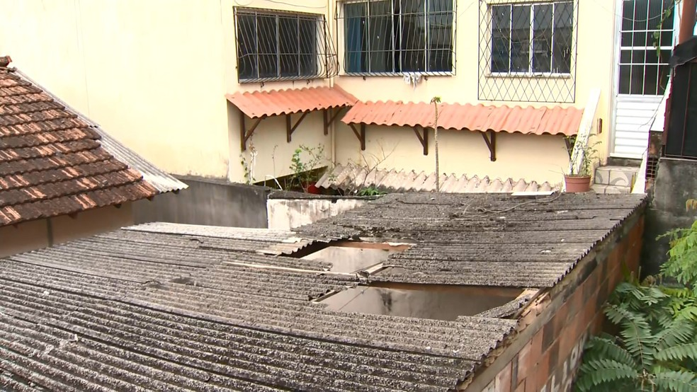 Homem caiu na casa após quebrar o telhado do imóvel  — Foto: Reprodução/TV Gazeta