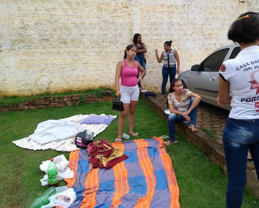 Mulheres acampam na frente de presídio após rebelião (Foto: Diêgo Holanda/G1)