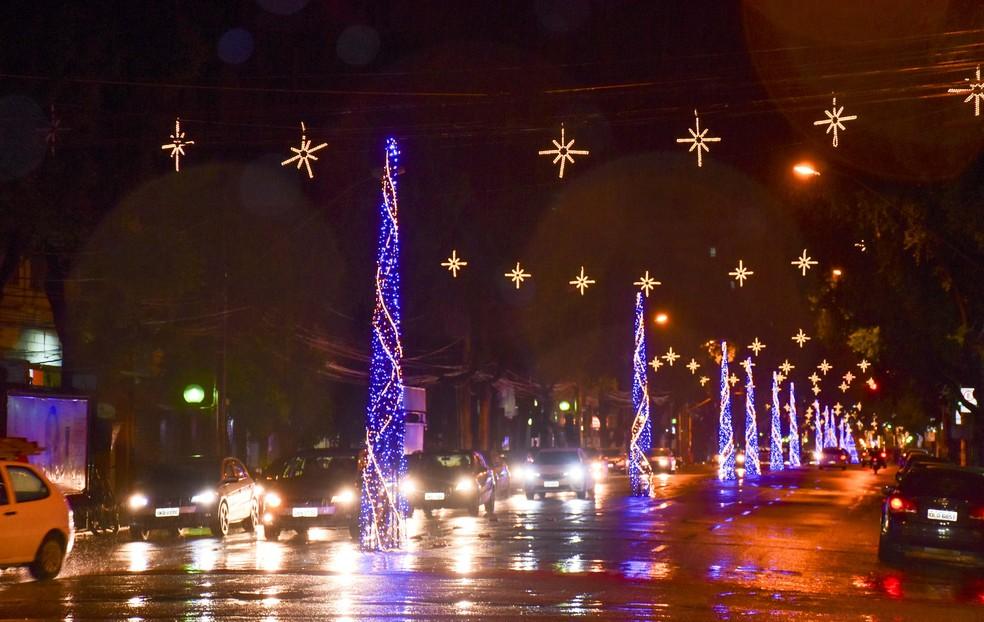 Avenida Minas Gerais recebeu decoração especial de Natal — Foto: Leonardo Morais/Prefeitura de Governador Valadares/Divulgação