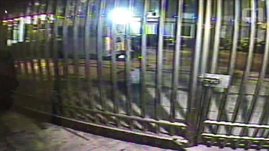 da4f0035f Vídeo mostra ladrão furtando bicicleta com ajuda de criança de 8 anos na  Zona Sul