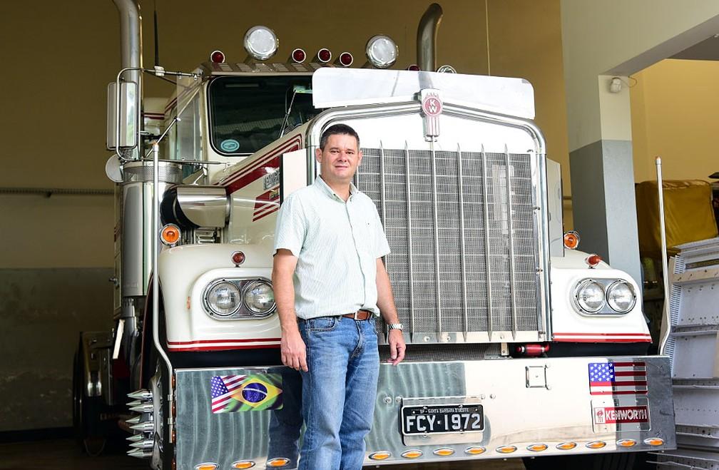 O empresário Júlio Ometto posa na frente do caminhão importado dos Estados Unidos — Foto: Luciano Calafiori/G1