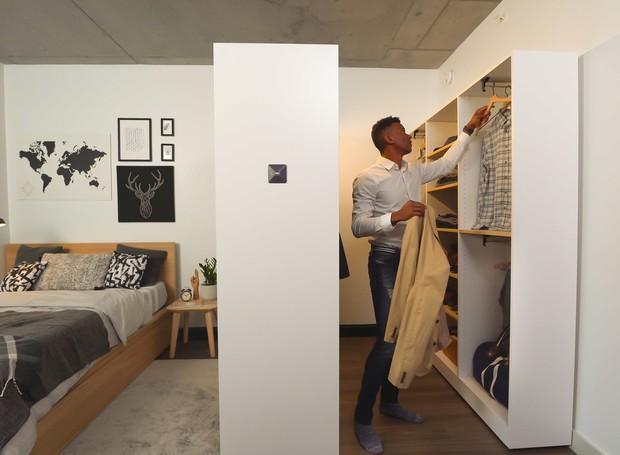 Dentro do quarto, o armário se desdobra para um closet (Foto: Ori Living/ Reprodução)